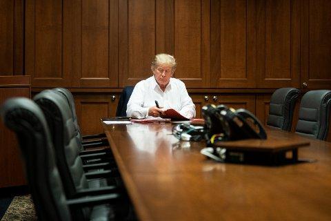 Det hvite hus offentliggjorde lørdag dette bildet av president Donald Trump. Det skal være tatt i et konferanserom på sykehuset Walter Reed, der 74-åringen behandles for Covid-19.