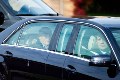 Kong Harald forlater Rikshospitalet mandag formiddag. Foto: Jil Yngland / NTB