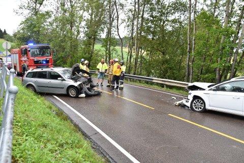 KRAFTIG SAMMENSTØT: Til tross for at kollisjonen skjedde i 40-sone på fylkesvei 120 i Kirkebygda, ble det store materielle skader på begge bilene og kvinnen i bilen som ble truffet, er fremdeles sykemeldt 14 måneder etter ulykken.