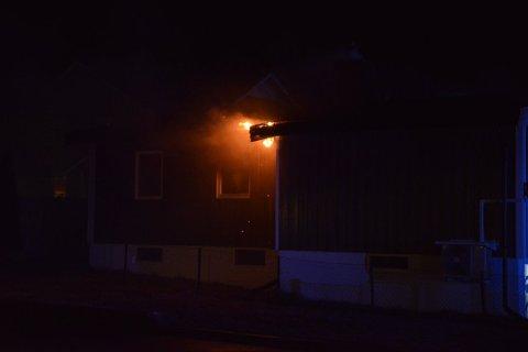 I FULL FYR: Da brannvesenet ankom adressen sto boligen i full fyr og flammene lyste opp boligområdet.