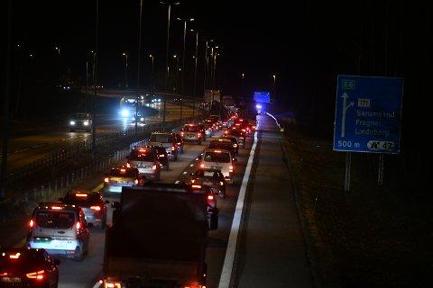 LANG KØ: Trafikken går sakte gjennom ett felt på E6 sydgående.