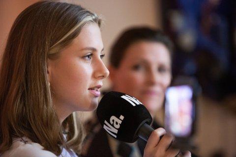 Leah Isadora Behn (15), under innspilling av Nettavisen-podkasten SCHENDIS, i prinsesse Märtha Louises hjem i Bærum.  Foto: Alexander Winger (Nettavisen)