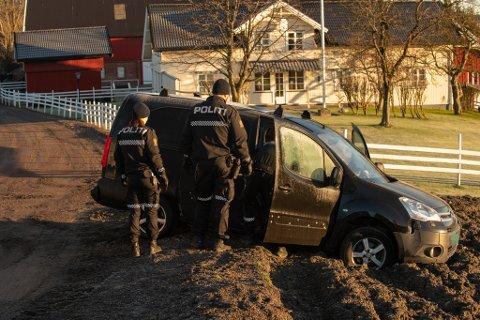STO FAST: Så langt er det uklart om bilen, som sto forlatt på jordet like ved, har noe med hærverket å gjøre.