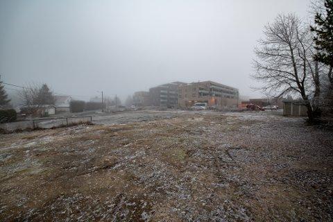 UBEBYGD: Slik ser den kommunale eiendommen ut i dag. Her skulle det etter planen vært etablert sentrumspark til flere millioner kroner.