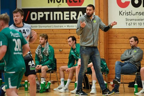 TØFT: Trym Skoglund (t.v på benken) måtte ut med skade allerede etter fem minutter. Både han og trener Bliznac er bekymret for skadesituasjonen.