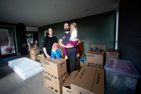 INNE: Familien Hoel-Spjudvik, bestående av mamma Anne-Lene, pappa Roar og barna Alicia (5) og Olivia (7). Foto: Lisbeth Lund Andresen