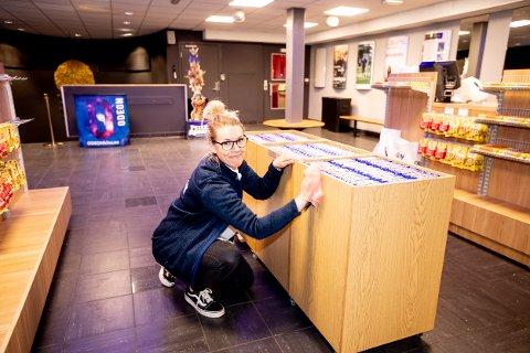 Kinosjef Johanne Andersen på Odeon Kino i Lillestrøm tar smittevernsbestemmelsene på alvor. – Det er viktig å vaske ned mellom hver forestilling, sier hun