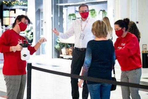 OMFATTENDE TILTAK: Senterdirektør Per Kristian Trøen testet ut julehandel-tiltak i kjøpesenteret sammen med medarbeiderne Hanne Ratvik Berger og Siri E. Sogstad fredag.