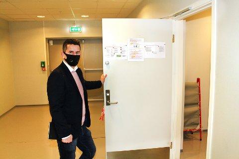 ROM I BEREDSKAP: En båre og diverse smittevernutstyr står klart i korona-beredskapsrommet, som bare ligger noen meter fra en utgangsdør.