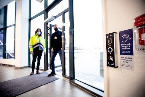 GODT MOTTATT: Sikkerhetssjef Kristian Sveen ved Jessheim Storsenter sier at de berøringsfrie døråpnerne har fått god mottakelse hos kundene. Det gleder Ingeborg Haukerud.