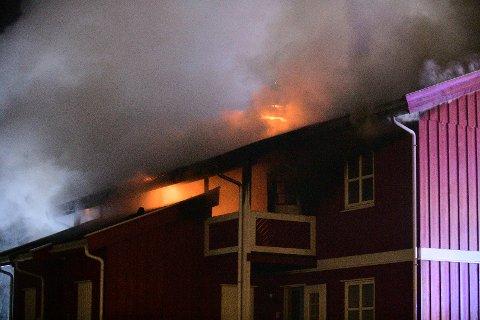 BRANN: Tirsdag kveld brenner det i et leilighetskompleks på Sørumsand.