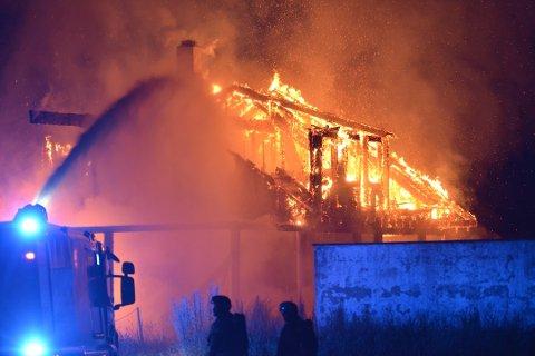 KRAFTIG BRANN: Slik så det ut da brannvesenet kjempet mot flammene i august. Nå er saken ferdig etterforsket.