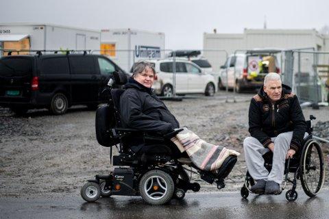 Misfornøyde: Leder i handikapforbundet Lillestrøm, Tor Inge Møller (til v.) som også sitter i det kommunale rådet, og beboer og rullestolavhengig Espen Simensen under en tidligere befaring ved det midlertidige boligtilbudet.