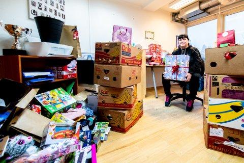 JULENISSENS KONTOR: Lokalene er fulle av gaver til vanskeligstilte barn.