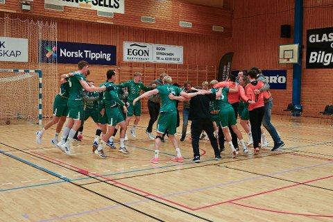 JUBLET: Fjellhammer kunne slippe jubelen løs etter at det meget viktige poenget borte mot Nærbø var sikret. På bildet jubler de for seier i seriepremieren mot Kolstad.