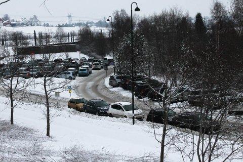 FØR KORONA: Etter koronautbruddet er det ikke like fullt på pendlerparkeringen ved Leirsund stasjon, men det er ventet at bilene vil vende tilbake.