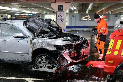 UTBRENT: Bilen til Nicolay Haslund begynte å brenne mens den sto i parkeringshuset ved Strømmen storsenter onsdag.