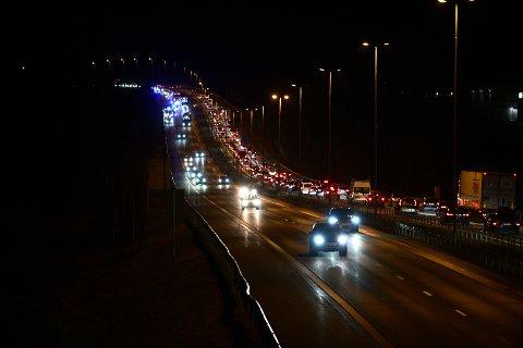 KØ: Slik så det ut på E6 ved Kløfta like før klokka 17.00 mandag ettermiddag etter at flere biler var involvert i en kollisjon.