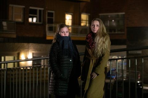 TRIST JUL I SIKTE: Søstrene Siv Sundseth (t.v.) og Gro Sundseth Walberg utenfor Lørenskog sykehjem med rommet til faren i bakgrunnen.