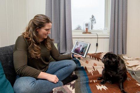 Pia Karoline Janson er glad for at mormoren har fått prøve ut KOMP - en enkel datamaskin som gjør at hun kan kommunisere i en videosamtale. Hunden Molly følger nysgjerrig med.