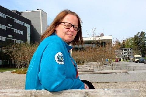 REAGERER: Berit Langset, foretakstillitsvalgt for Norsk Sykepleierforbund på Ahus, er ikke imponert over Ahus' beslutning om å kutte i kompensasjonen til nattevakter.