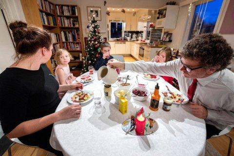 JULEFEIRING: I jula spiser vi mye fett- og kaloririk mat, og det kan være vanskelig å unngå overspising. Det er det en naturlig årsak til.