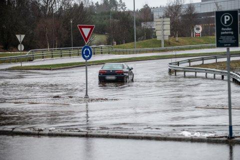 OVERRASKET AV ALT VANNET: Bilen til Awelkhier Siraj Nassir stoppet i rundkjøringa ved Lørenskog stasjon søndag ettermiddag.