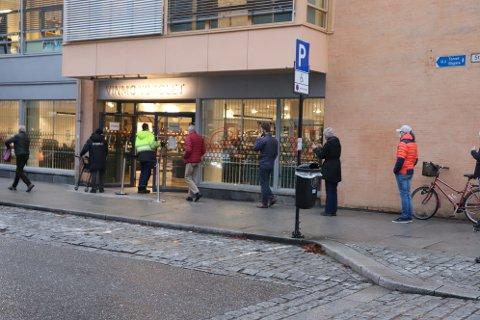 KØ OG ATTER KØ: I snitt har butikkene på Romerike hatt en salgsøkning på 59 prosent hittil i år. Det er historiske tall, forteller Vinmonopolet selv.