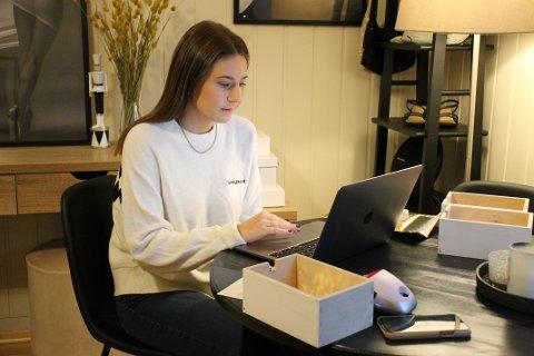SATSER: Aurora Råken produserer varer, sender pakker og driver nettbutikken hjemmefra.