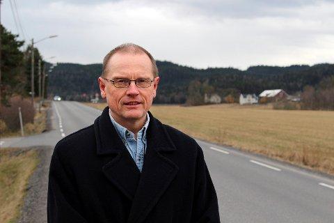 UTRYGT FOR GÅENDE OG SYKLENDE: Kommunaldirektør Knut Edvard Helland langs Losbyveien våren 2017, da planene om gang- og sykkelvei ble førstegangsbehandlet politisk.