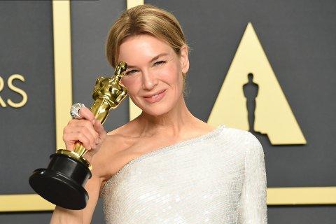 Etter seks år borte fra skjermen vinner Renée Zellweger en Oscar for beste kvinnelige hovedrolle for sin rolle i «Judy». Foto: Jordan Strauss / AP / NTB scanpix