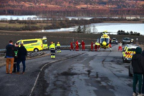 DRAMATISK: Her blir mor og barn fraktet om bord i luftambulansen før de ble fraktet til Oslo universitetssykehus Ullevål. FOTO: VIDAR SANDNES