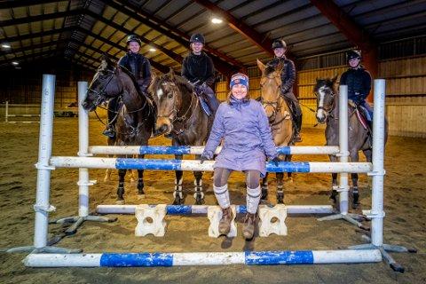 TRENERGLEDE: Sælleg forteller at hun elsker å bruke fritiden sin  på hest. Enten det er egentrening eller å trene andre.