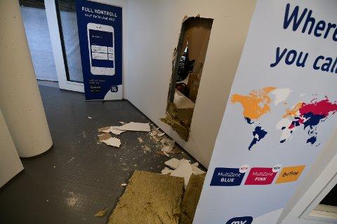 GJENNOM VEGGEN: Innbruddstyvene har slått hull i veggen for å komme inn til butikken.