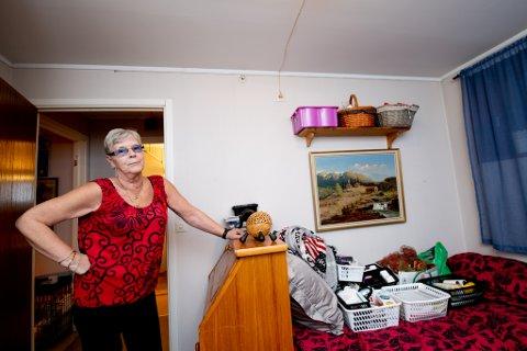 FRUSTRERT: Wenche Nordeng har vært plaget av rotter siden hun flyttet inn i sin kommunale bolig i 2017. For et halvt år siden ble hun så lei av gnagelydene fra taket at hun flyttet ut av soverommet sitt og begynte å sove på stua. Da RB var på besøk, var det tydelig at senga heller ble brukt til oppbevaring.