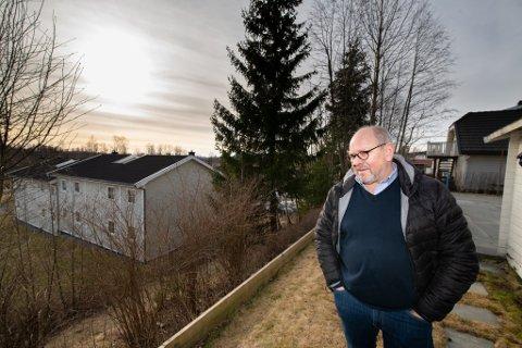 FRUSTRERT: Rolf Hammerseth ser ned på skråningen som har skaper mye uro i nabolaget. Den skulle vært sikret allerede før han flyttet inn i 2007.