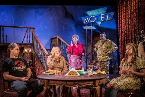 F.v. Tom Styve, Anne Guri Tvedt, Marit Synnøve Berg, John Nyutstumo, Sunniva Du Mond Nordal og Roger Opdal Paulsen  i komedien «Utlendingen».