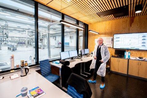 SJEF:  Andreas Smedsrud er daglig leder i MIRA. Her ser han inn mot renseanlegget i bygget i Sørum.
