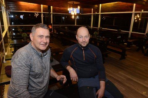 ENTUSIASTER FOR KOLLEN. Per Ole Thorsen (t.v.) og Erik Fjeldstad gjør endelig klar til sesong i Toppstua. Snart håper de å kunne by på overnatting.