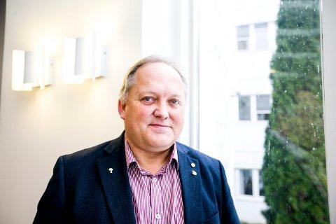 FORBANNA: Ordfører John-Erik Vika liker dårlig at falske hjemmesykepleiere har gått fra dør til dør i kommunen. Nå advarer de innbyggerne.