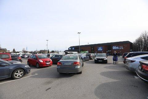 Torsdag ettermiddag var det fulle parkeringsplasser og lange køer inne på Coop Obs i Lillestrøm kommune. Mye kan tyde på at folk nå handler mer mat enn normalt.