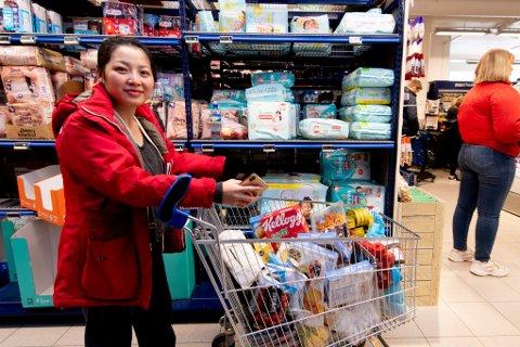 NERVØS: Kieu Nguyen forteller at hun i dag hamstrer fordi hun har to spedbarn hjemme og er redd for å ikke ha nok mat.