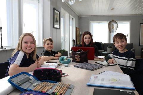 NYE SKOLEHVERDAG: Henny Andrea Rimstad Kleven (f.v.), Kornelius Emil Rimstad Kleven, Molly Løvstad og Mauritz Løvstad gjorde skolearbeidet rundt spisebordet hjemme fredag.