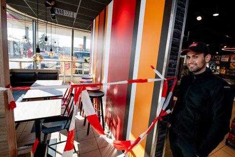 SPERRET: Assisterende butikksjef på Circle K på Kjeller, Renas Havar, forklarer at de har valgt å sperre av sittegruppene for at kundene ikke skal sitte mindre enn én meter fra hverandre.