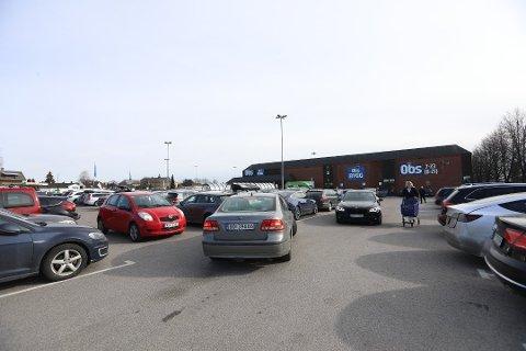 Torsdag ettermiddag var det fulle parkeringsplasser og lange køer inne på Coop Obs i Lillestrøm.
