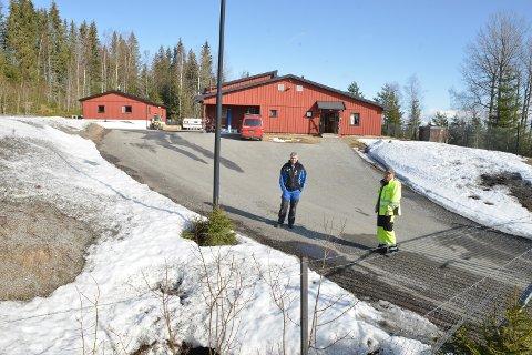På «frifot»: Terje Svoren (t.v.) og  Amund Peter Aas dro fra familiene i 14 dager for å passe på drikkvannet. De forteller at de verken  gikk løs på veggen eller hverandre.