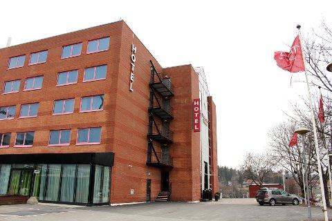 NÆR AHUS: Direktør Ib Thomsen ved Thon Hotel Triaden håper tilbudet om rimelig overnatting for helsearbeidere kan føre til at noen av de mange ledige rommene igjen kan tas i bruk.