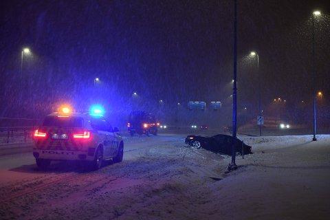 GLATT: Politiet melder om glatte forhold på stedet der en mann kjørte av veien tirsdag kveld.