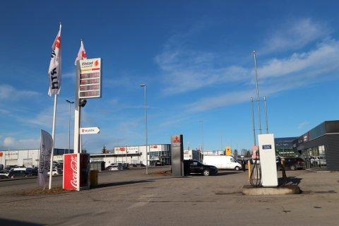 Fra stasjonen selges det 3,5 millioner liter drivstoff i året. Alle kan fylle med kort her.
