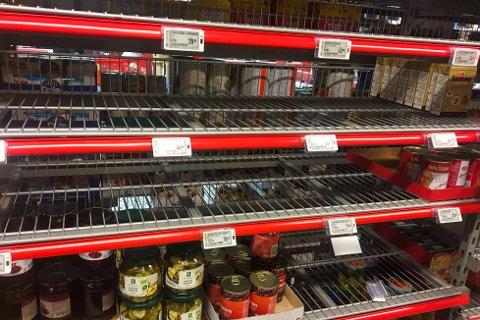 Flere butikker gikk tomme for hermetikk og andre varer i dagene etter regjeringens koronatiltak i midten av mars.